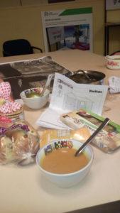 Een tafel vol met eten voor de harde werkers